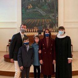 Joaquín y Marie de Dinamarca con sus hijos Enrique y Athena de Dinamarca en la Frederikskirken de París