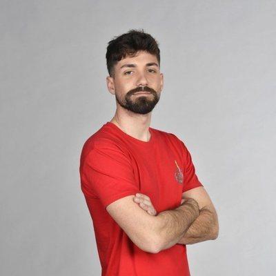 Alejandro Albalá posando en la foto oficial de 'Supervivientes 2021'