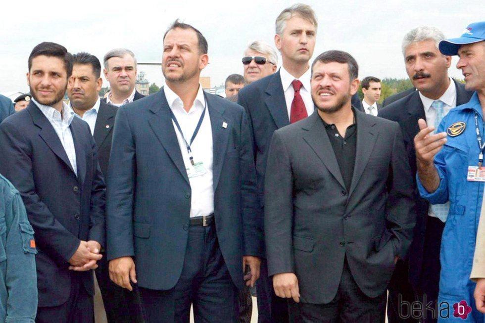 Abdalá de Jordania con sus hermanos Faisal y Hamzah de Jordania