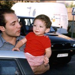Antonio David Flores con su hijo David en el año 2000