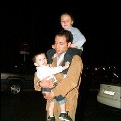 Antonio David Flores con sus hijos Rocío y David Flores en el año 2001