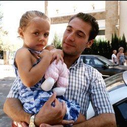 Antonio David Flores con su hija Rocío Flores en el año 1999
