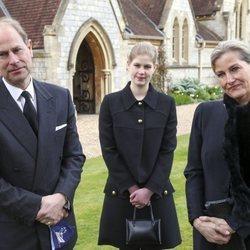 Los Condes de Wessex con su hija Lady Louise en una misa en memoria del Duque de Edimburgo