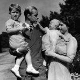 La Reina Isabel y el Duque de Edimburgo con sus hijos los Príncipes Carlos y Ana durante su infancia