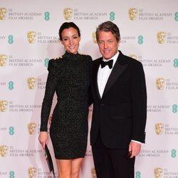 Hugh Grant y Anna Eberstein en los BAFTA 2021