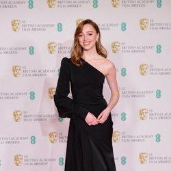 Phoebe Dynevor en los BAFTA 2021