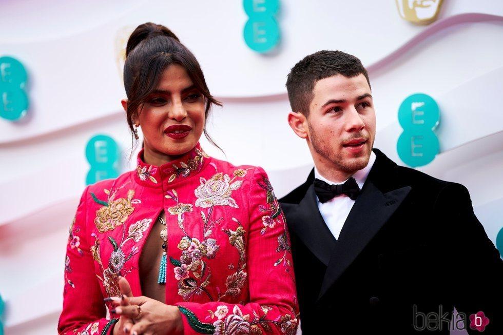 Nick Jonas y Priyanka Chopra en la alfombra roja de los BAFTA 2021