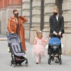 Irina Shayk, su hija Lea de Seine y Karlie Kloss junto a su hijo recién nacido por Nueva York