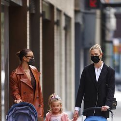 Karlie Kloss junto a Irina Shayk paseando por primera vez paseando por Nueva York tras ser madre