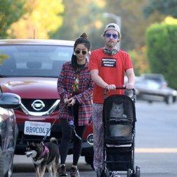 Macaulay Culkin y Brenda Song paseando a su perro y su gato