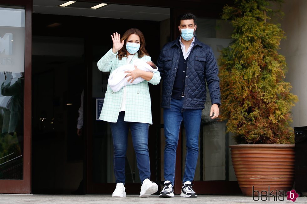 Paula Echevarría y Miguel Torres presentan a su hijo Miguel Junior en su salida del hospital