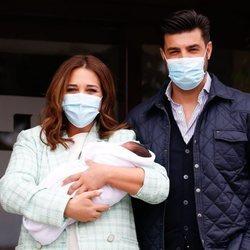 Miguel Torres y Paula Echevarría presentan a su hijo Miguel Junior en su salida del hospital
