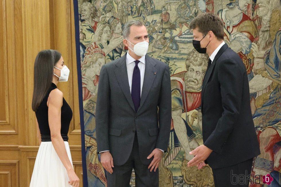 Los Reyes Felipe y Letizia reciben al Embajador de Reino Unido en la Zarzuela