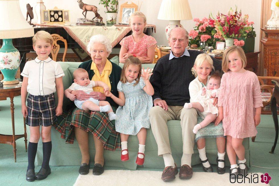 La Reina Isabel y el Duque de Edimburgo junto a siete de sus bisnietos