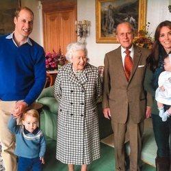 El Príncipe Guillermo y Kate Middleton con la Reina Isabel, el Duque de Edimburgo y dos de sus bisnietos