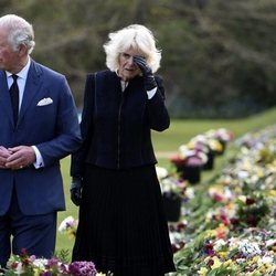 El Príncipe Carlos y Camilla Parker contemplan los tributos hacia el Duque de Edimburgo