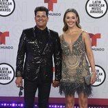 Carlos Vives y Claudia Elena Vasques en la alfombra roja de los Latin American Music Awards 2021