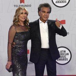El Puma y Carolina Pérez en la alfombra roja de los Latin American Music Awards 2021