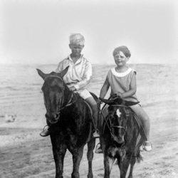 El Duque de Edimburgo y Miguel de Rumanía montando a caballo de niños