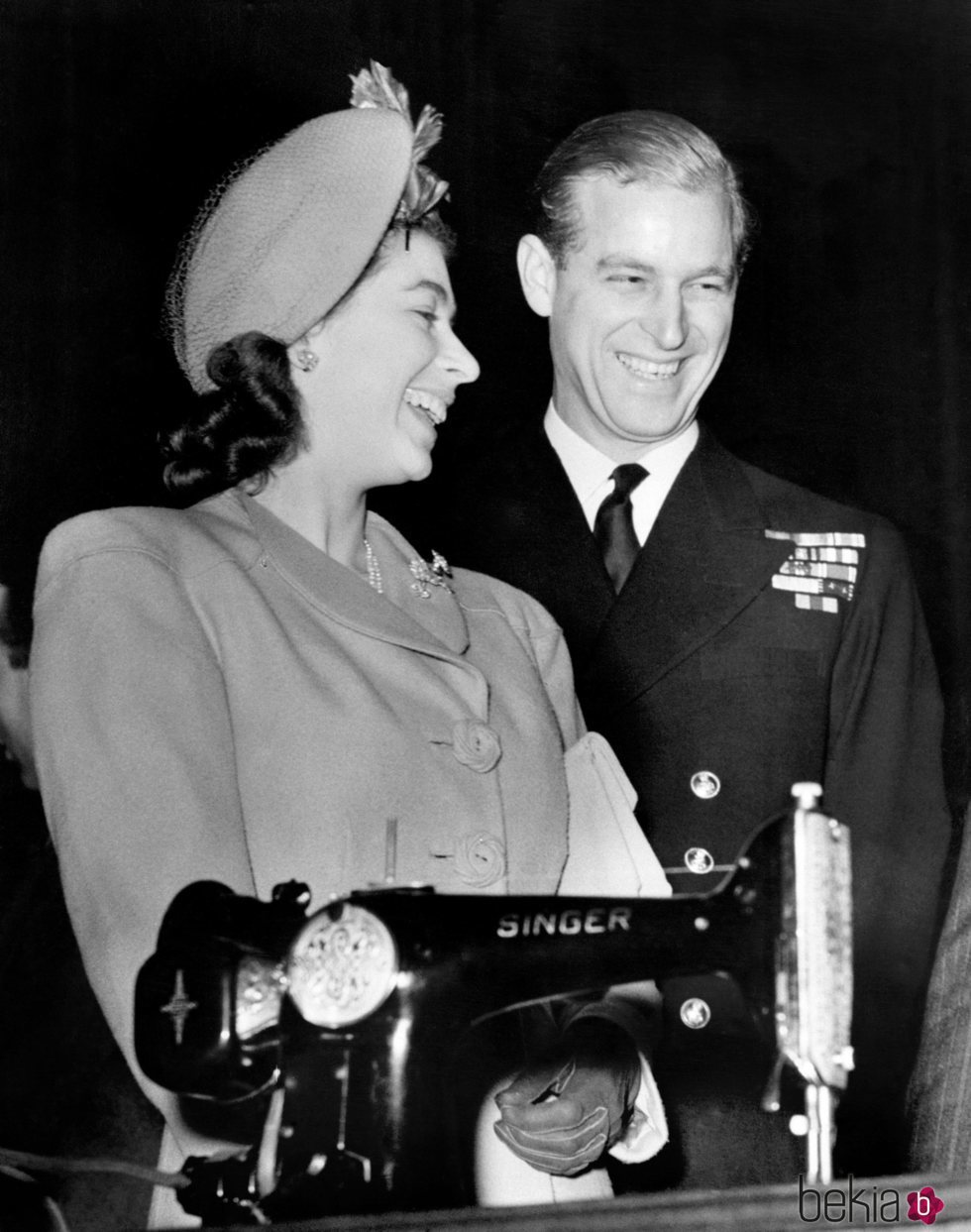 La Reina Isabel y el Duque de Edimburgo con uno de sus regalos de boda