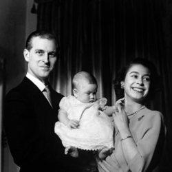 La Reina Isabel y el Duque de Edimburgo con el Príncipe Carlos en 1949