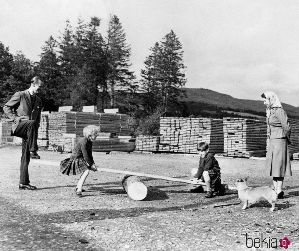 El Príncipe Carlos y la Princesa Ana jugando en presencia de la Reina Isabel y el Duque de Edimburgo en 1957