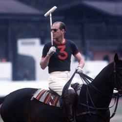 El Duque de Edimburgo jugando al polo