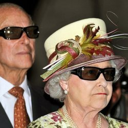 La Reina Isabel y el Duque de Edimburgo con gafas de sol 3D en Canadá