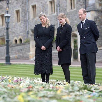 El Príncipe Eduardo y Sophie de Wessex con su hija Lady Louise observan los homenajes al Duque de Edimburgo en Windsor Castle