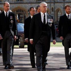 El Príncipe Guillermo, el Príncipe Andrés y el Príncipe Harry en el funeral del Duque de Edimburgo
