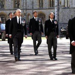 El Príncipe Carlos, Príncipe Eduardo, Príncipe Harry, Príncipe Guillermo y Príncipe Andrés en el funeral del Duque de Edimburgo
