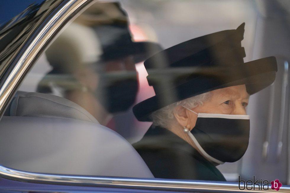La Reina Isabel llegando en el coche al funeral del Duque de Edimburgo