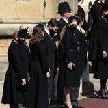 Kate Middleton, Eugenia y Beatriz de York, sus maridos, Zara Phillips y Mike Tindall en el funeral del Duque de Edimburgo