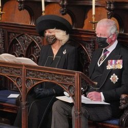 El Príncipe Carlos y Camilla Parker en el funeral del Duque de Edimburgo