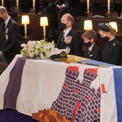 El féretro con los restos mortales del Duque de Edimburgo durante su funeral en Windsor Castle