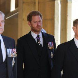 El Príncipe Harry entre el Príncipe Andrés y el Príncipe Eduardo en el funeral del Duque de Edimburgo