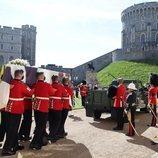 El ataúd del Duque de Edimburgo antes de ser colocado en el Land Rover en su funeral en Windsor Castle