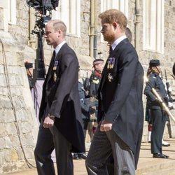 El Príncipe Guillermo y el Príncipe Harry en el funeral del Duque de Edimburgo