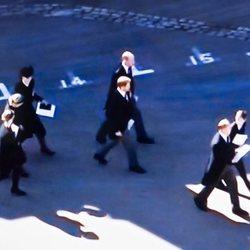 El Príncipe Harry y el Príncipe Guillermo hablando al finalizar el funeral del Duque de Edimburgo