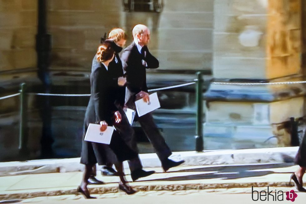 El Príncipe Harry hablando con el Príncipe Guillermo y Kate Middleton en el funeral del Duque de Edimburgo