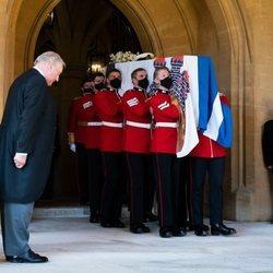 El féretro con los restos mortales del Duque de Edimburgo sale de la capilla tras el funeral
