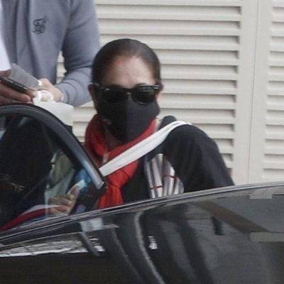Isabel Pantoja coge un coche en la parte trasera del aeropuerto de Madrid
