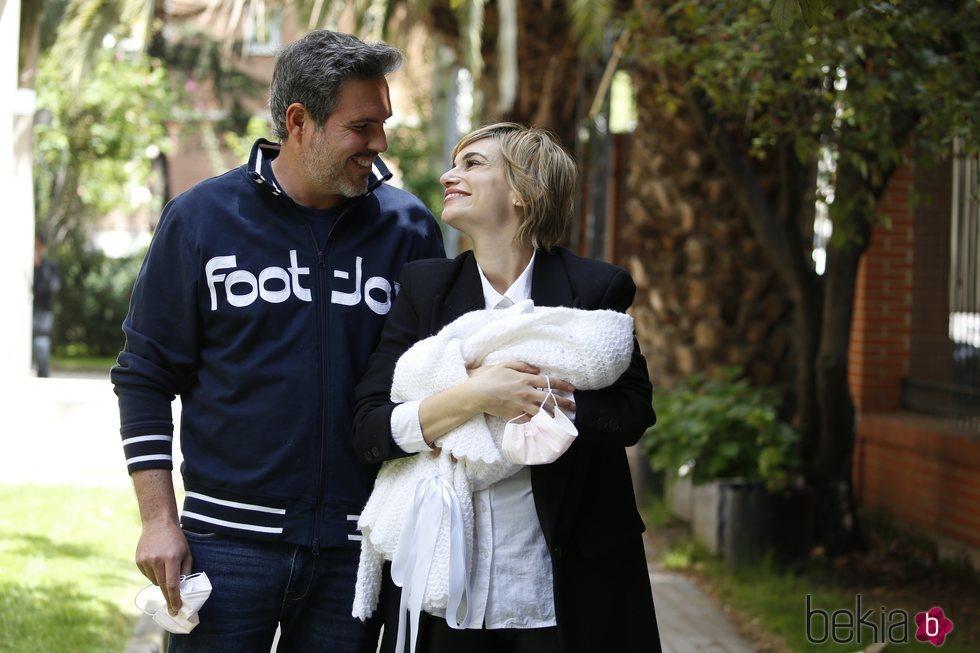 Norma Ruiz y Bosco James presentan a su hija