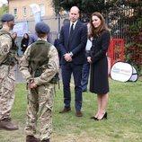 El Príncipe Guillermo y Kate Middleton con cadetes de la RAF