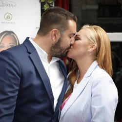 Belén Esteban y su marido Miguel se besan en la presentación de 'Los Sabores de La Esteban'