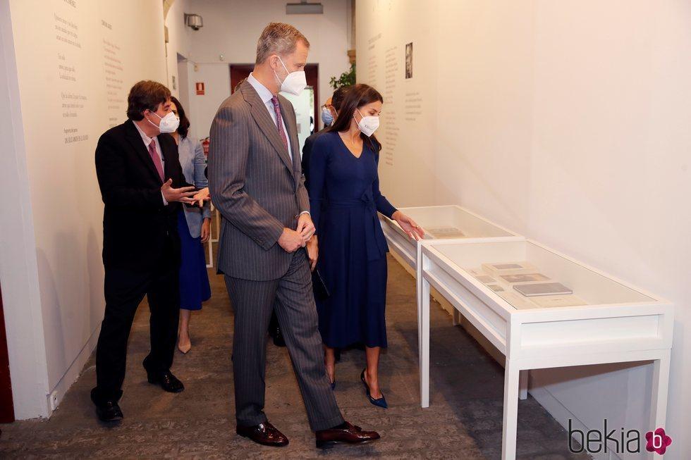 Los Reyes Felipe y Letizia visitando una exposición en la Biblioteca Patrimonial del Cervantes en Alcalá de Henares