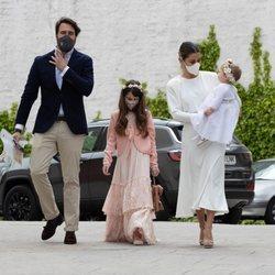 Elena Tablada, Javier Ungría y Ella Bisbal llegando al buatizo de su hija Camila