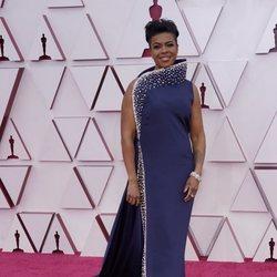 Mia Neal en la alfombra roja de los Premios Oscar 2021