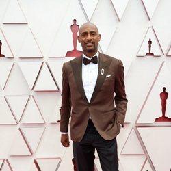 Charles D. King en la alfombra roja de los Premios Oscar 2021