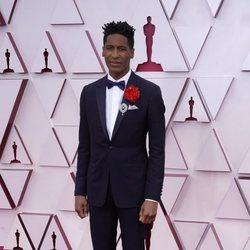 Jon Batiste en la alfombra roja de los Premios Oscar 2021